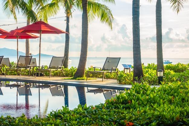 Schöner luxus-außenpool im hotel und im resort