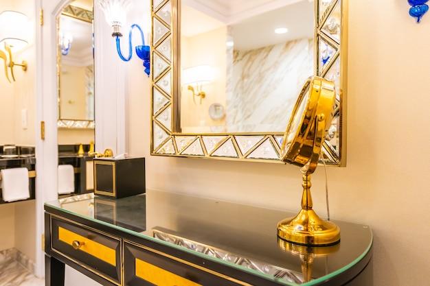 Schöner luxus frisiertisch mit großer spiegel- und stuhldekoration