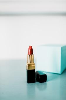 Schöner luxus moderner high-end-lippenstift in rot, orange, fettdruck.