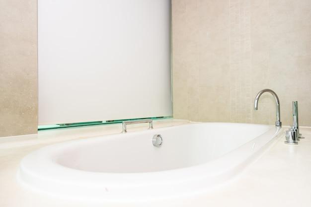 Schöner luxus und sauberer weißer wannendekorationsinnenraum