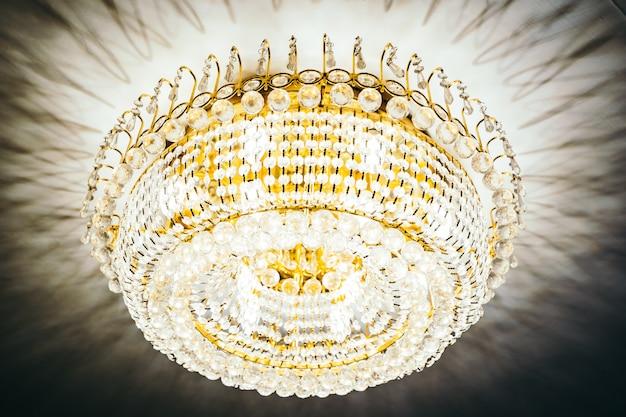 Schöner luxuskristallleuchterdekorationsinnenraum