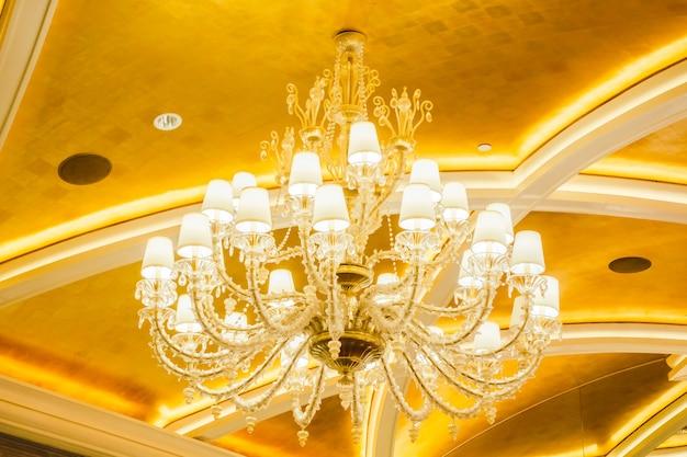 Schöner luxusleuchterdekorationsinnenraum