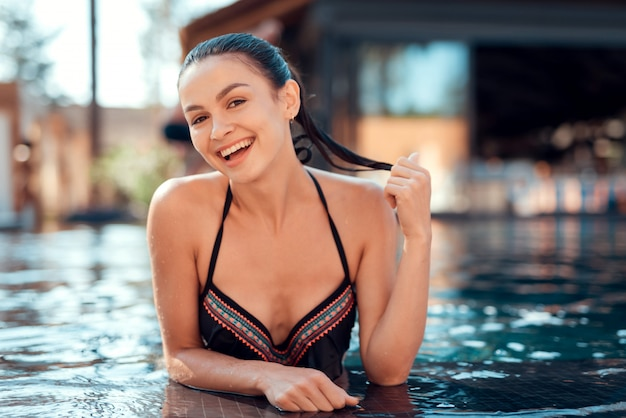 Schöner mädchen-tragender bikini, der sunny day genießt