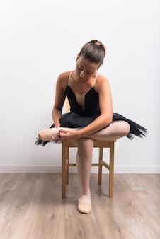 Schöner mädchenballerinatänzer im studio