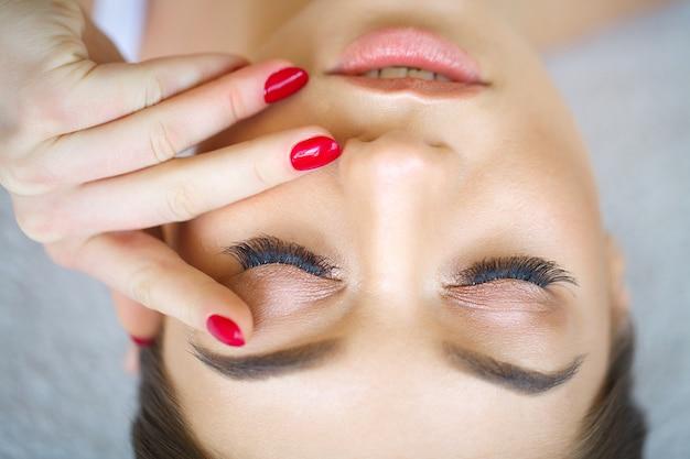 Schöner makroschuß des weiblichen auges mit den extremen langen wimpern und schwarzem zwischenlagenmake-up. perfektes make-up und lange wimpern. kosmetik und make-up. nahaufnahmemakroschuß der mode mustert antlitz