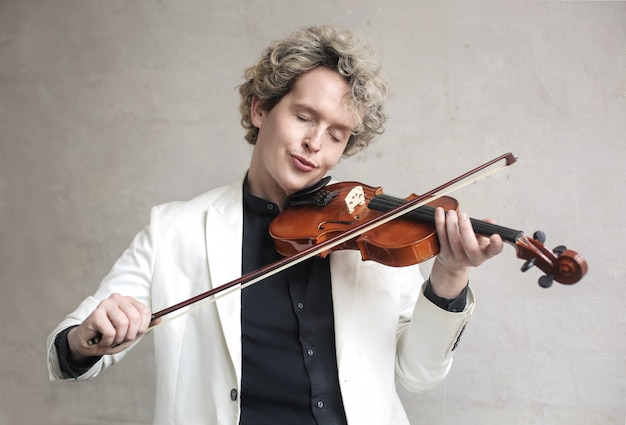 Schöner mann, der die violine spielt