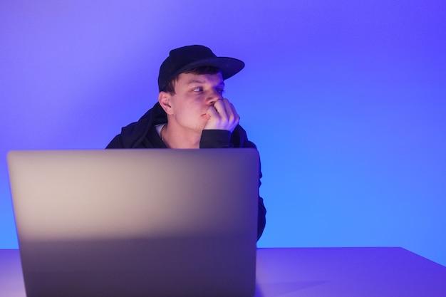 Schöner mann des nahaufnahmefotos, der auf laptop mit copyspace arbeitet