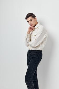 Schöner mann im hemd freizeitkleidung im selbstlebensstil