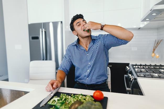 Schöner mann in einer küche