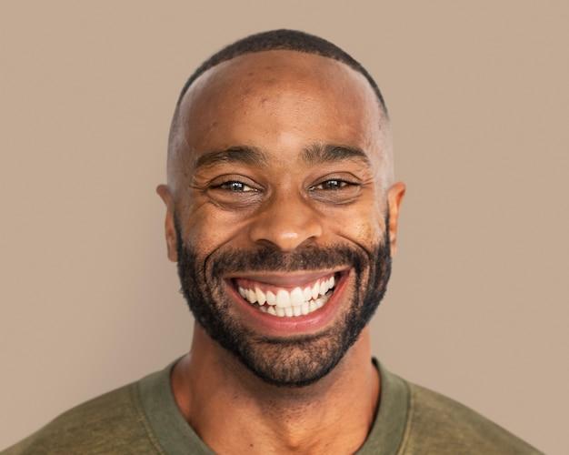 Schöner mann lächelnd, glückliches gesichtsporträt hautnah