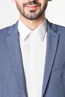 Schöner mann mit blauem blazer-bekleidungsstudio-shooting