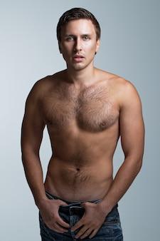 Schöner mann mit nacktem oberkörper