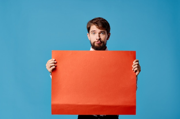 Schöner mann mit rotem mockup-plakatzeichen-exemplarnahaufnahme