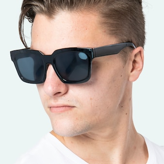 Schöner mann mit schwarzer wayfarer-sonnenbrille aus nächster nähe