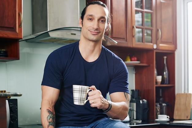 Schöner mann mit tasse kaffee