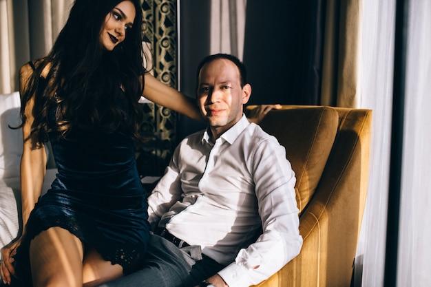 Schöner mann und frau in eleganter abendkleidung in klassischen vintage-wohnungen. glamour, mode. liebeskonzept.