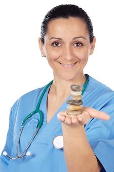 Schöner medizinischer angestellter mit ausgeglichenen steinen