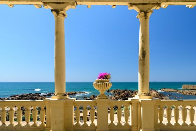 Schöner meerblick in der stadt porto von der antiken terrasse mit blumen, atlantikküste, portugal