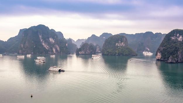 Schöner meerblick mit touristischen booten in halong-bucht