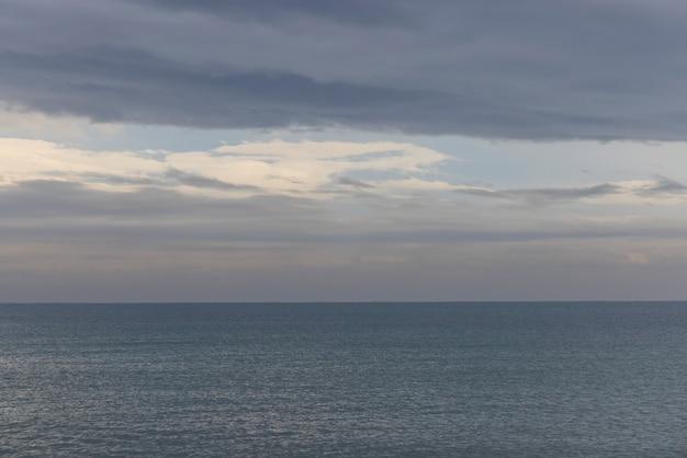 Schöner meerblick und bewölkter himmel