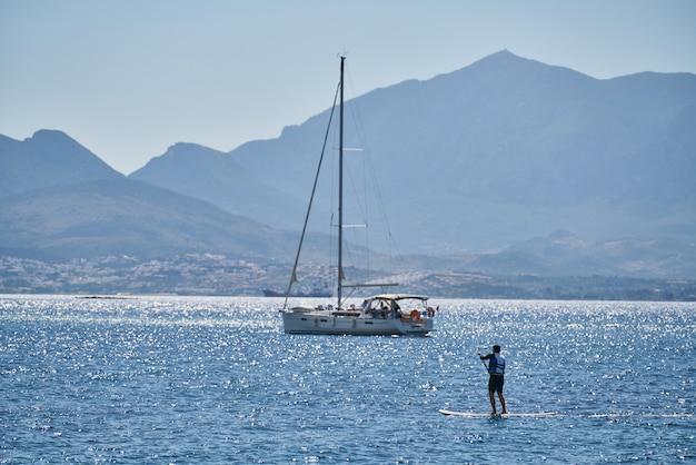 Schöner meerblick und segelbootoberfläche
