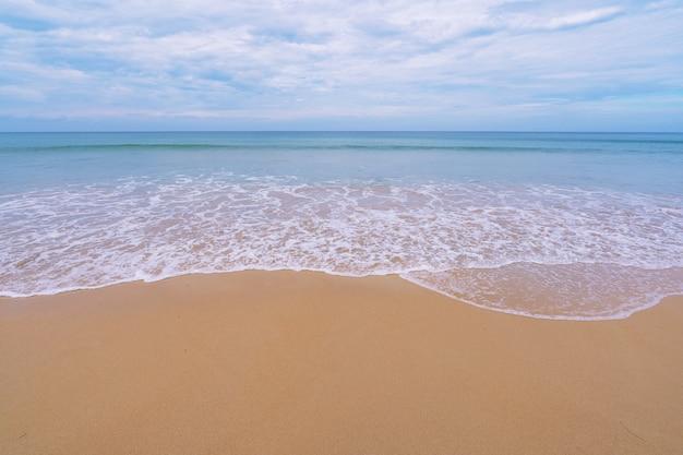 Schöner meersandstrand in der sommersaison am patong-strand phuket thailand am 24. november 2020 konzept reise-hintergrund und geschäftsreise um die welt.