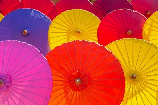 Schöner mehrfarbengeweberegenschirm in nordthailand.