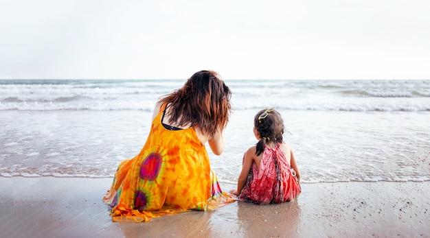 Schöner moment mit mutter und kind sitzen