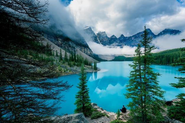 Schöner moraine see in nationalpark banffs, alberta, kanada