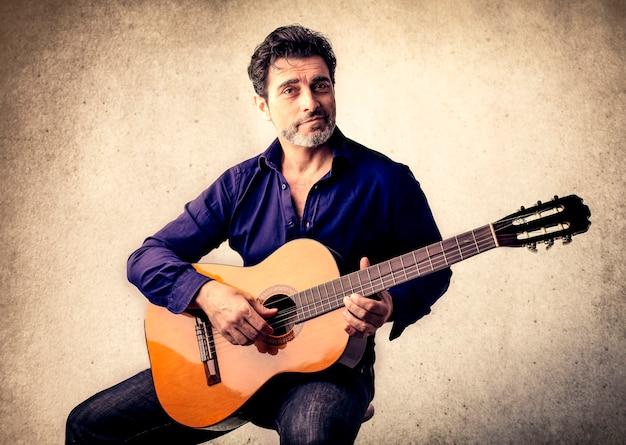 Schöner musiker mit einer gitarre