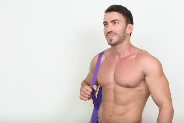 Schöner muskulöser bärtiger persischer mann ohne hemd und bereit für fitnessstudio auf weiß