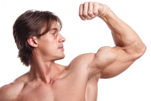 Schöner muskulöser mann