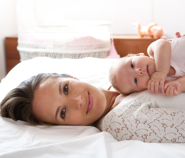 Schöner mutterrest im bett mit babytochter