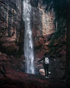 Schöner mystischer wasserfall in der herbstsaison