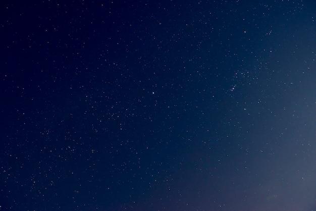 Schöner nachthimmel mit glänzenden sternen