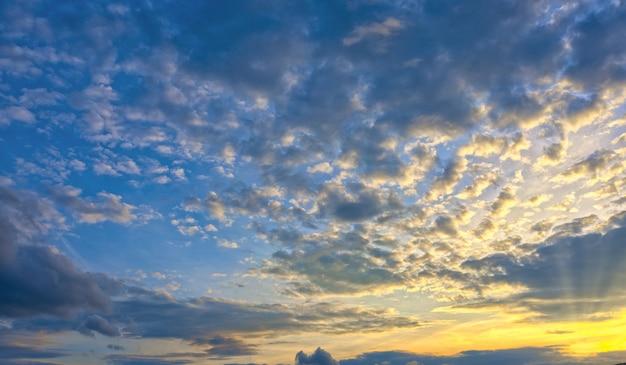 Schöner natürlicher sonnenuntergang oder sonnenaufgang mit der hellen untergehenden sonne, die durch die wolken bricht