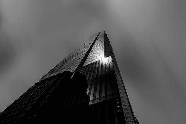Schöner niedriger winkelschuss eines hohen wolkenkratzers