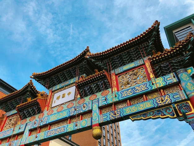 Schöner niedriger winkelschuss von blaugrünem und rotem tempeltor in gallery place chinatown