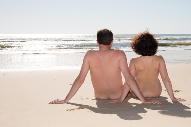 Schöner nudismuspaar-natrurismus in der liebe am strand nackt auf dem meer