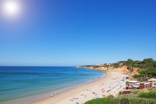 Schöner öffentlicher strand an der küste von portugal.