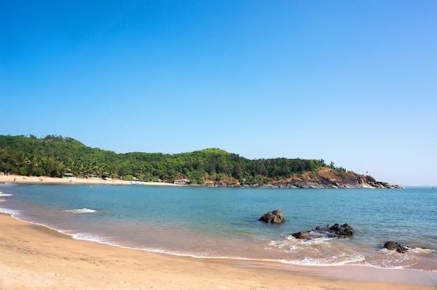 Schöner om-strand mit gelbem sand - gokarna karnataka indien.