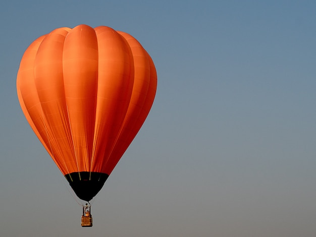Schöner orange luftballon auf dem himmel