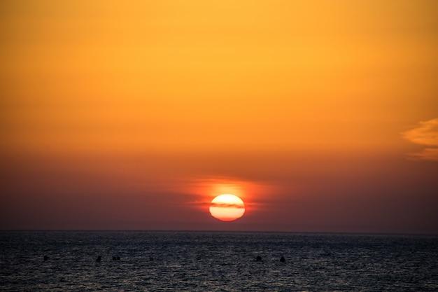 Schöner orange sonnenuntergang über dem meer mit etwas wolke