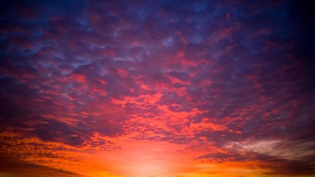Schöner orange und lila himmel bei sonnenuntergang