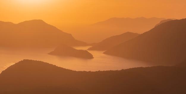 Schöner orangefarbener sonnenuntergang über der blauen lagune von oludeniz in der provinz mugla, fethiye in der türkei