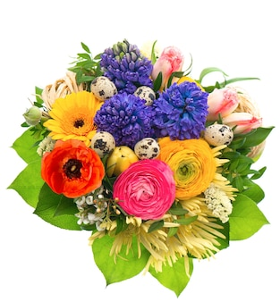Schöner osterstraußfrühlingsblumen mit vögeleiern tulpe ranunkeln hyazinthe gänseblümchen gerber