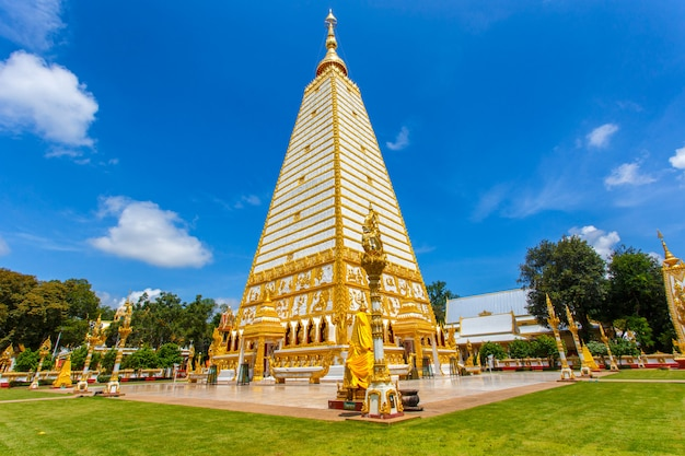 Schöner pagode wat phrathat nong bua temple am sonnenscheintag bei ubon ratchathani, thailand