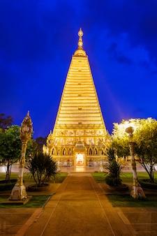 Schöner pagode wat phrathat nong bua temple in der nachtzeit bei ubon ratchathani, thailand