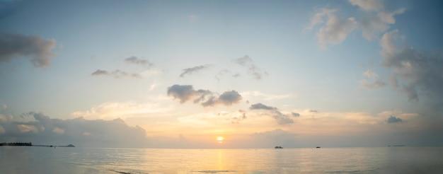 Schöner panorama tropischer blauer meeressonnenuntergang und gelber wolkenhintergrund