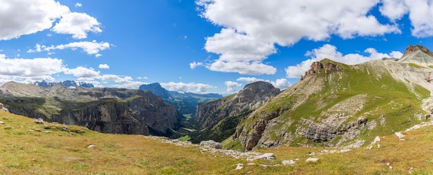 Schöner panoramablick auf das tal val gardena im sommer. italienische dolomiten, südtirol